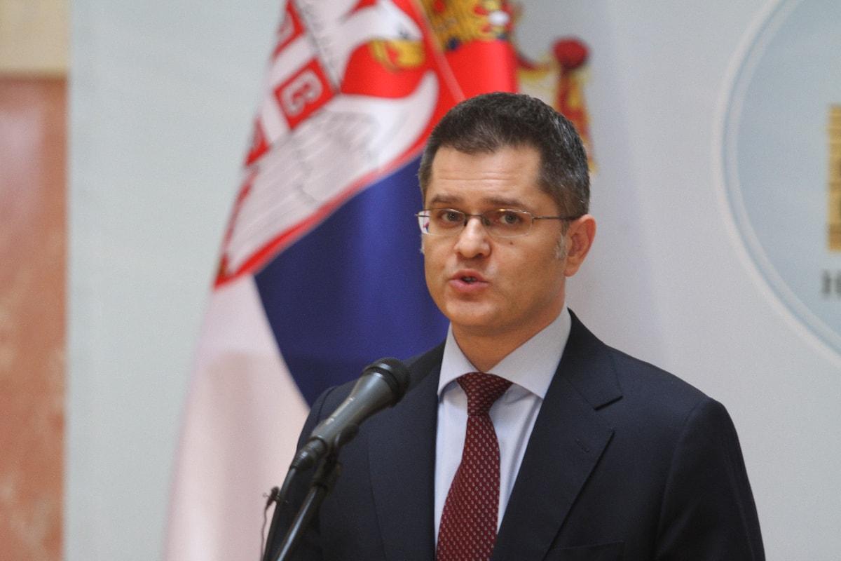 Вучић да поднесе оставку на место премијера
